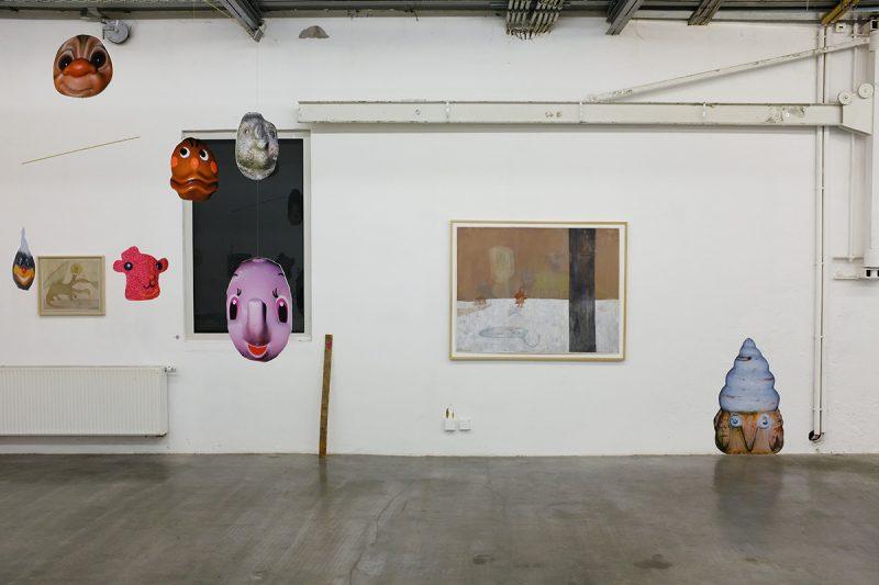 <p>Installation von Martin Fengel, Gemälde von Tomoya Kato</p>